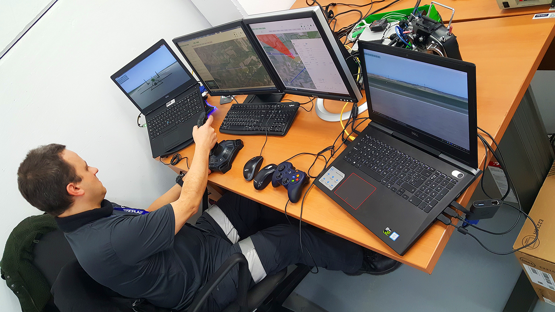 Pilotando el simulador del sistema AERTEC 75 en las instalaciones de AERTEC en Sevilla